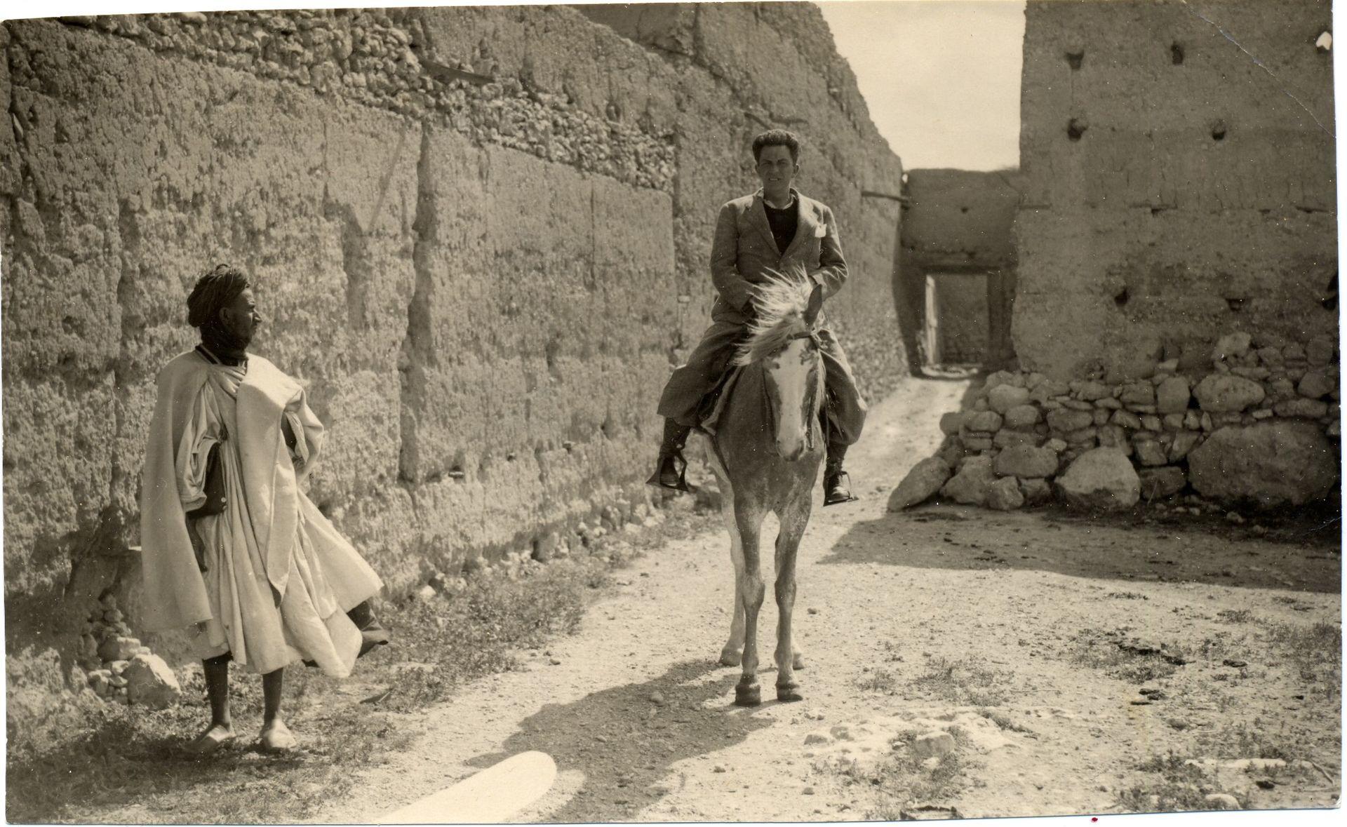 Chaves Nogales, fotografiado por Contreras durante su viaje a Sidi Ifni para 'Ahora', 1934. | Cortesía de Libros del Asteroide