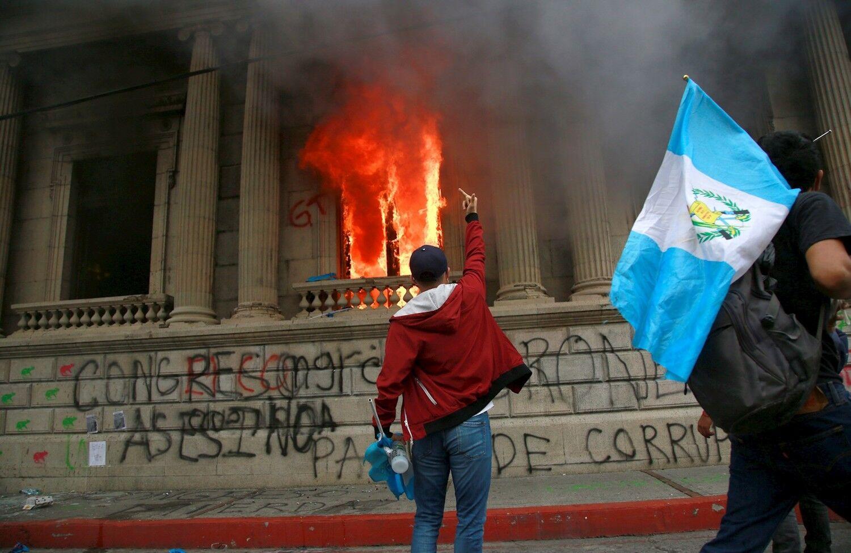 Cientos de manifestantes toman las calles de Guatemala y prenden fuego al  Congreso - Libertad Digital
