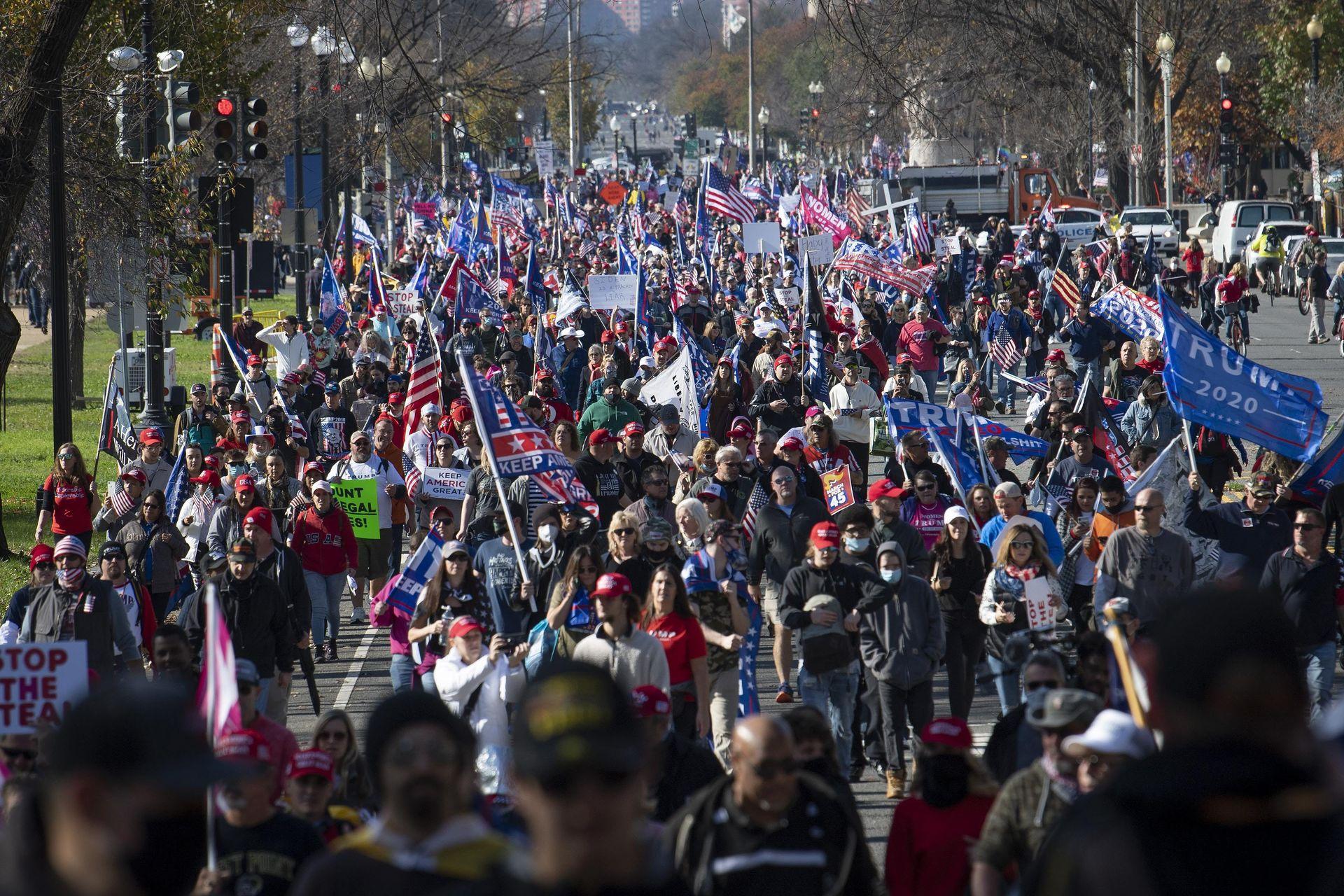 Partidarios de Trump marchan hacia la Corte Suprema