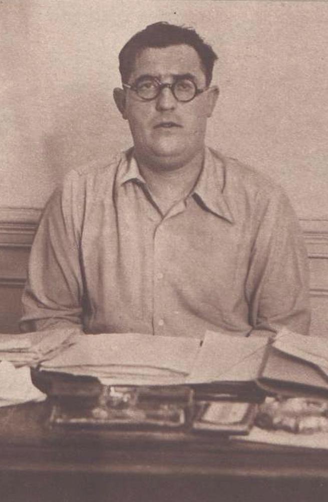 """Agapito García Atadell, fotografiado en su despacho para el reportaje sobre su """"Brigada de Investigación Criminal"""" que publicó la revista """"Crónica"""" el 13 de septiembre de 1936 (Foto: Videa. Biblioteca Nacional)"""