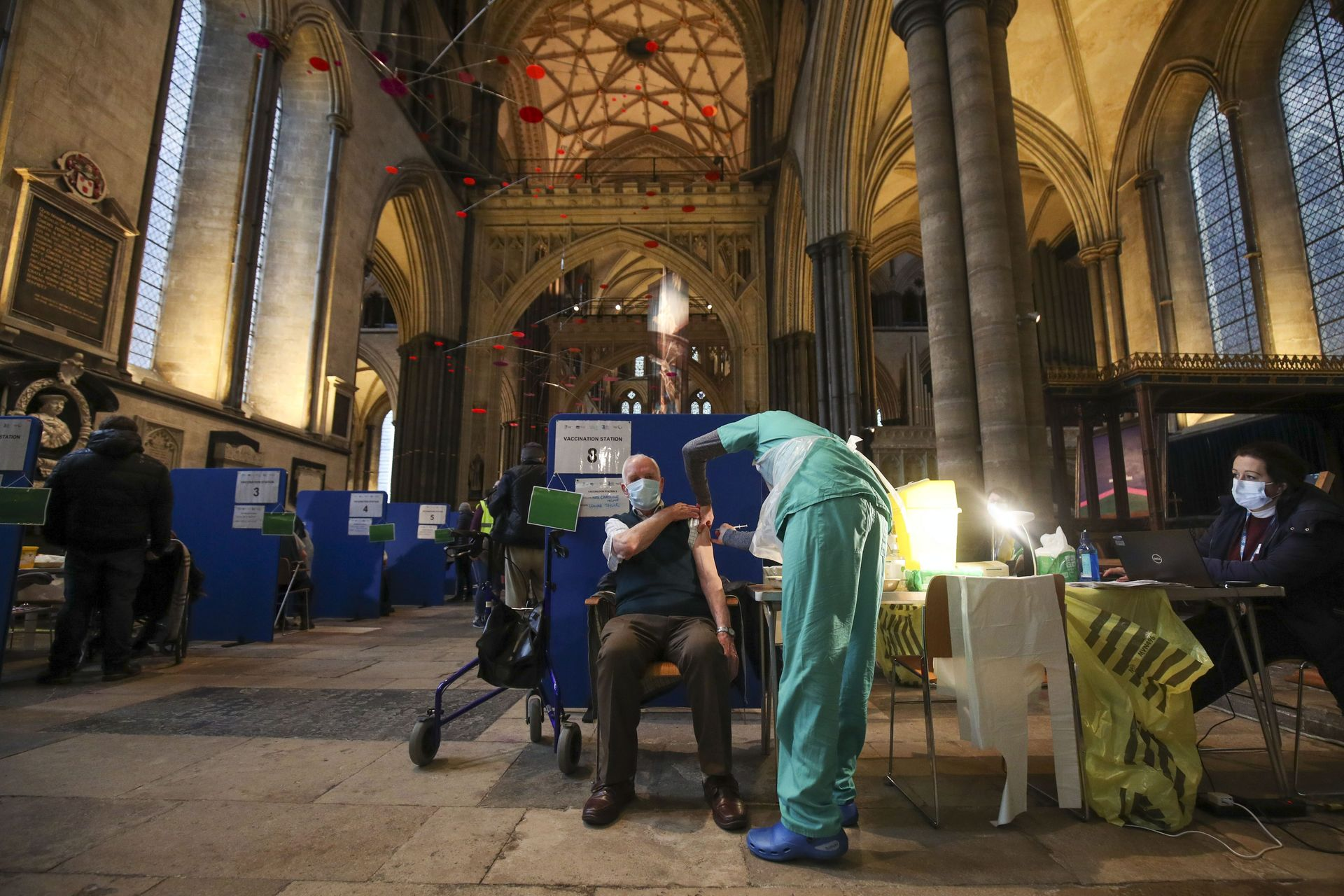vacunacion-iglesia-medieval-salisbury-reino-unido-covid-1910.jpg