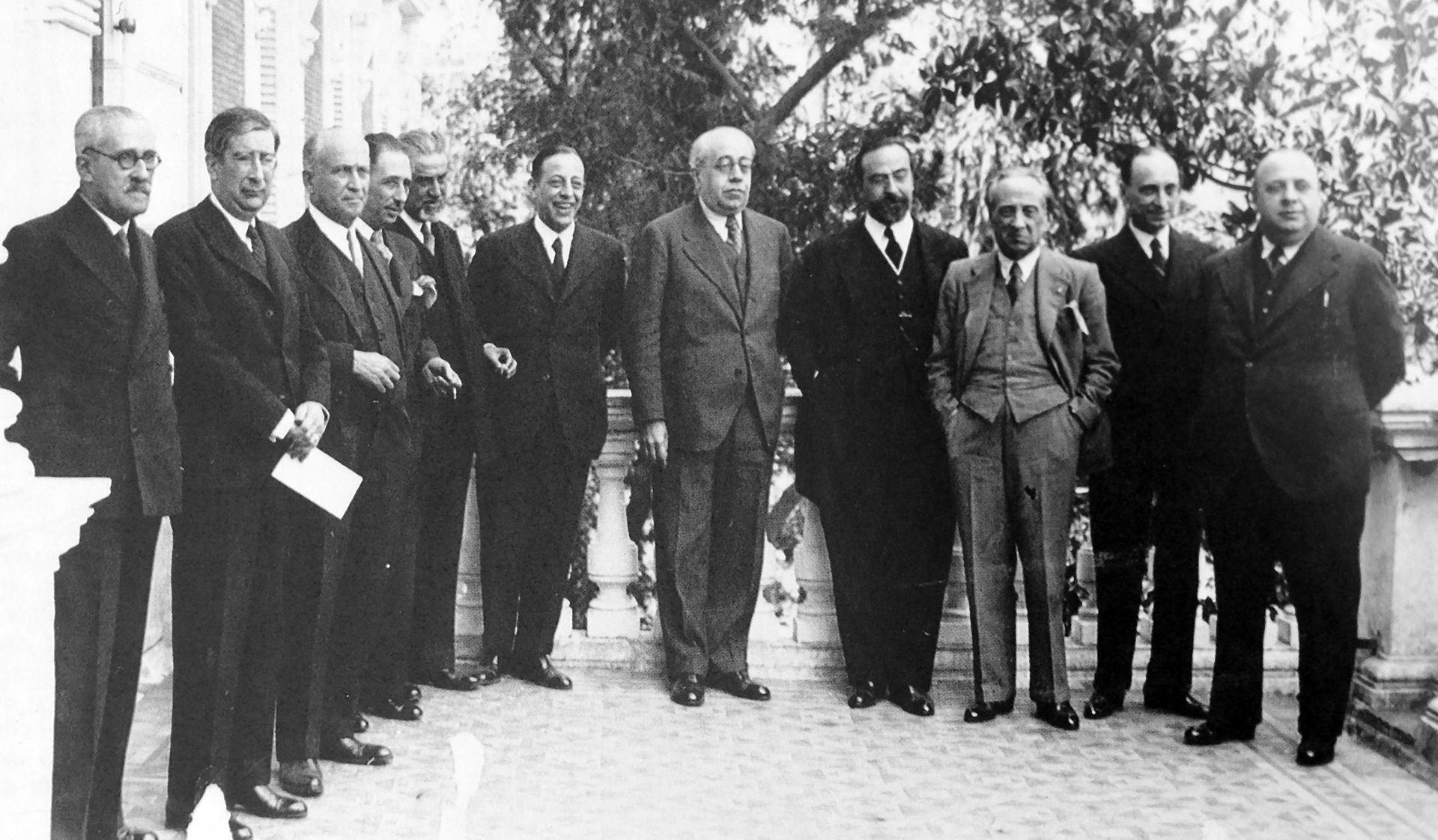 Gobierno del 1936 (de izquierda a derecha): Franchy Roca, Marcelino Domingo, Largo Caballero, Lluís Companys, Barnés, Viñuales, Azaña, De los Ríos, Álvaro de Albornoz, Casares Quiroga e Indalecio Prieto