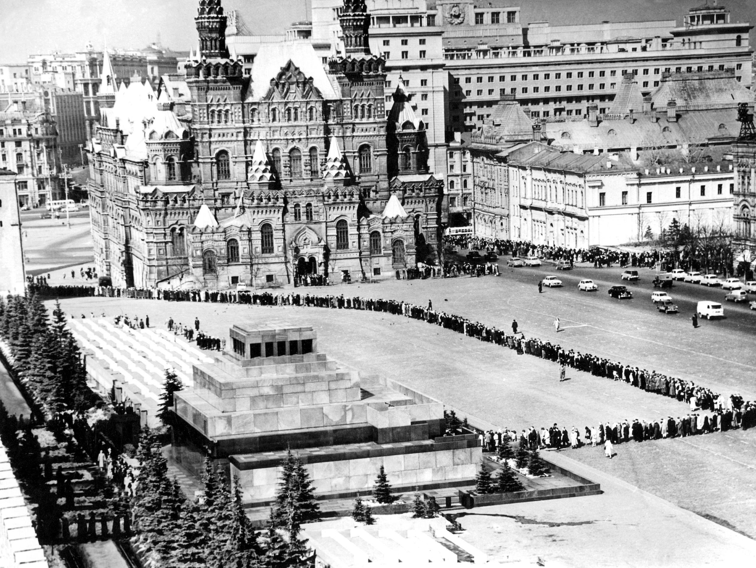 Largas colas en el mausoleo de Lenin en los años 60
