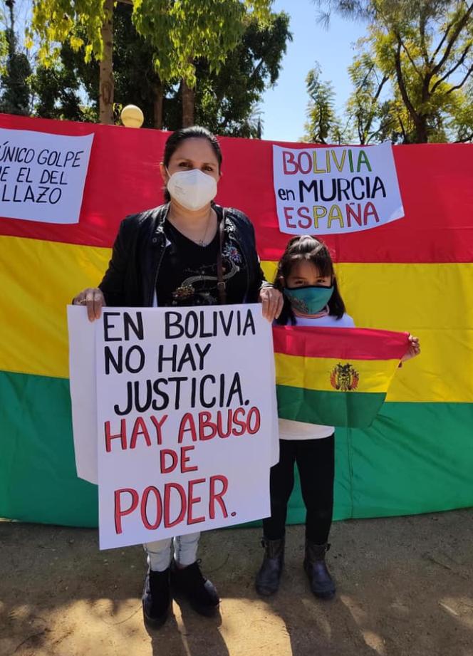 manifestacion-bolivianos-mujer-nina.png