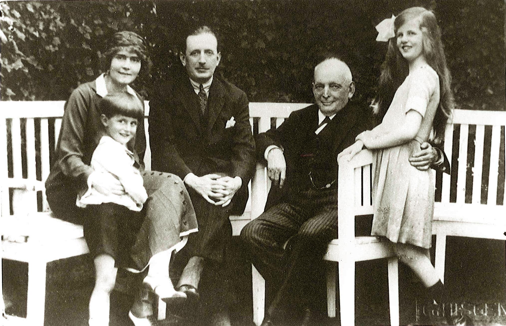 el-baron-thyssen-de-nino-con-sus-padres-su-hermana-gaby-y-su-abuelo-august.jpg