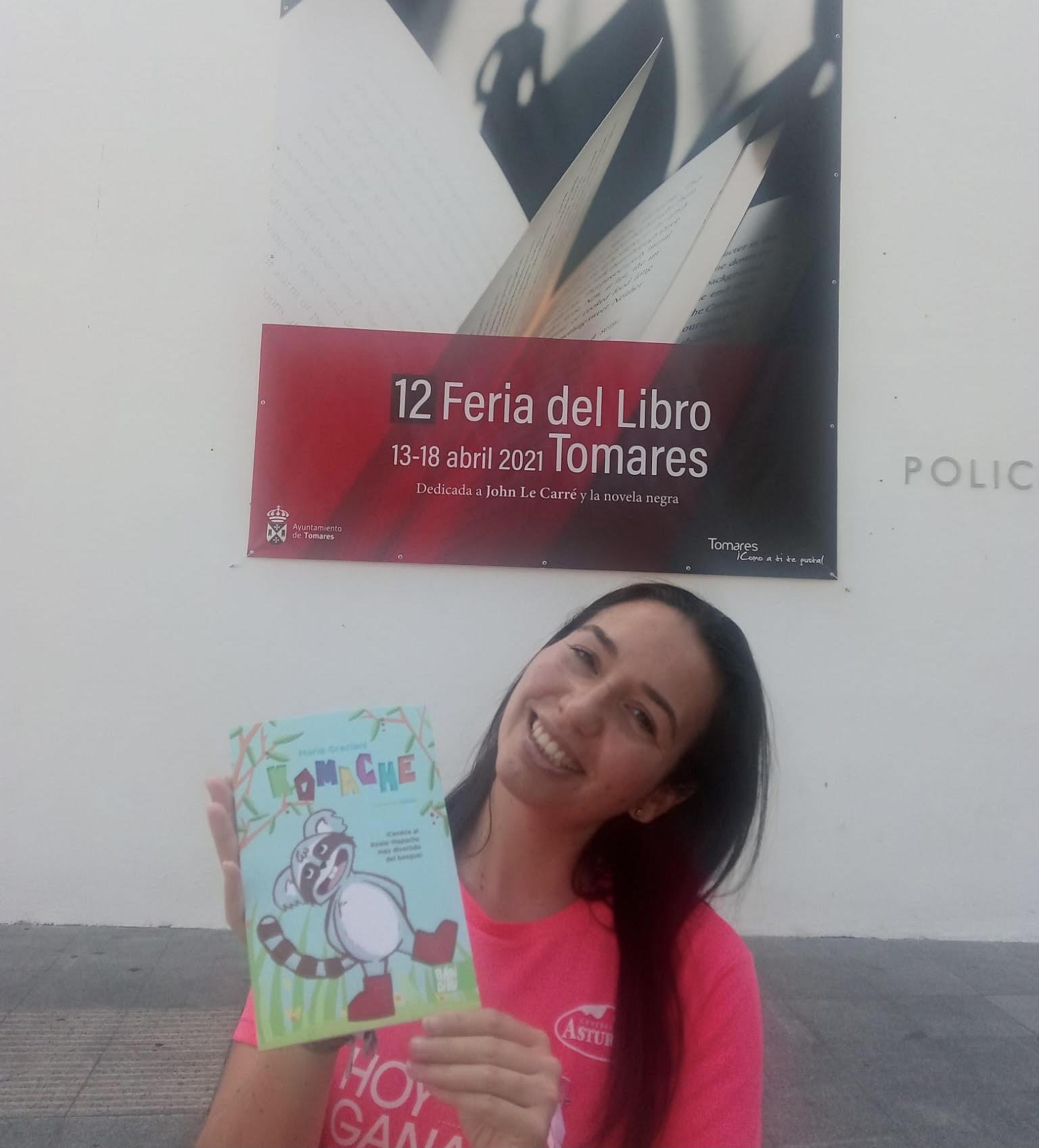 """Maria Graciani posa con su libro """"Komache"""""""