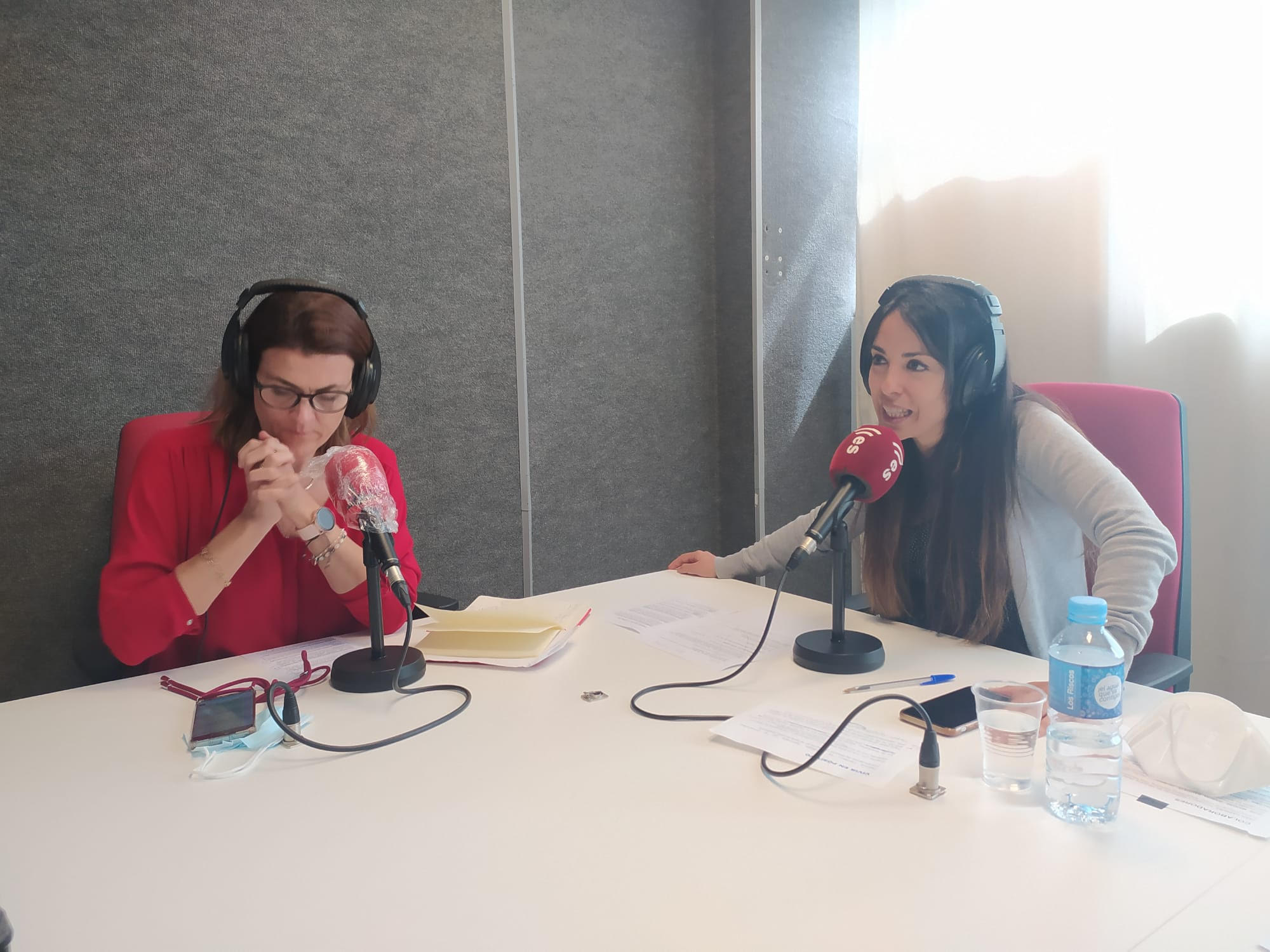 Paloma Carrasco y Laura Montes en los estudios de EsRadio Sevilla