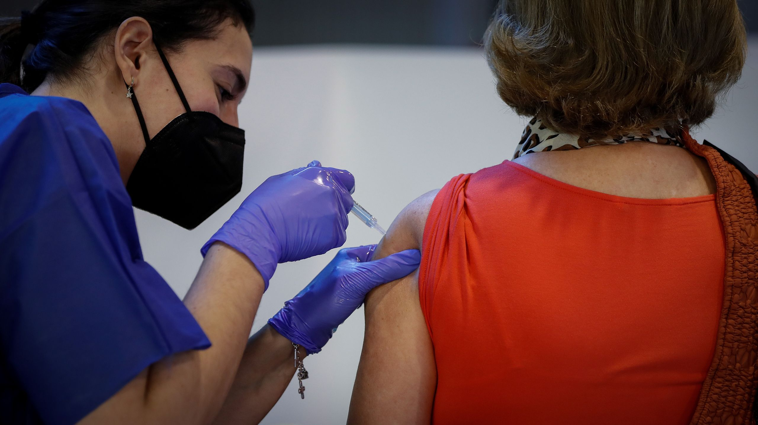 vacunacion-masiva-cartuja010521.jpg