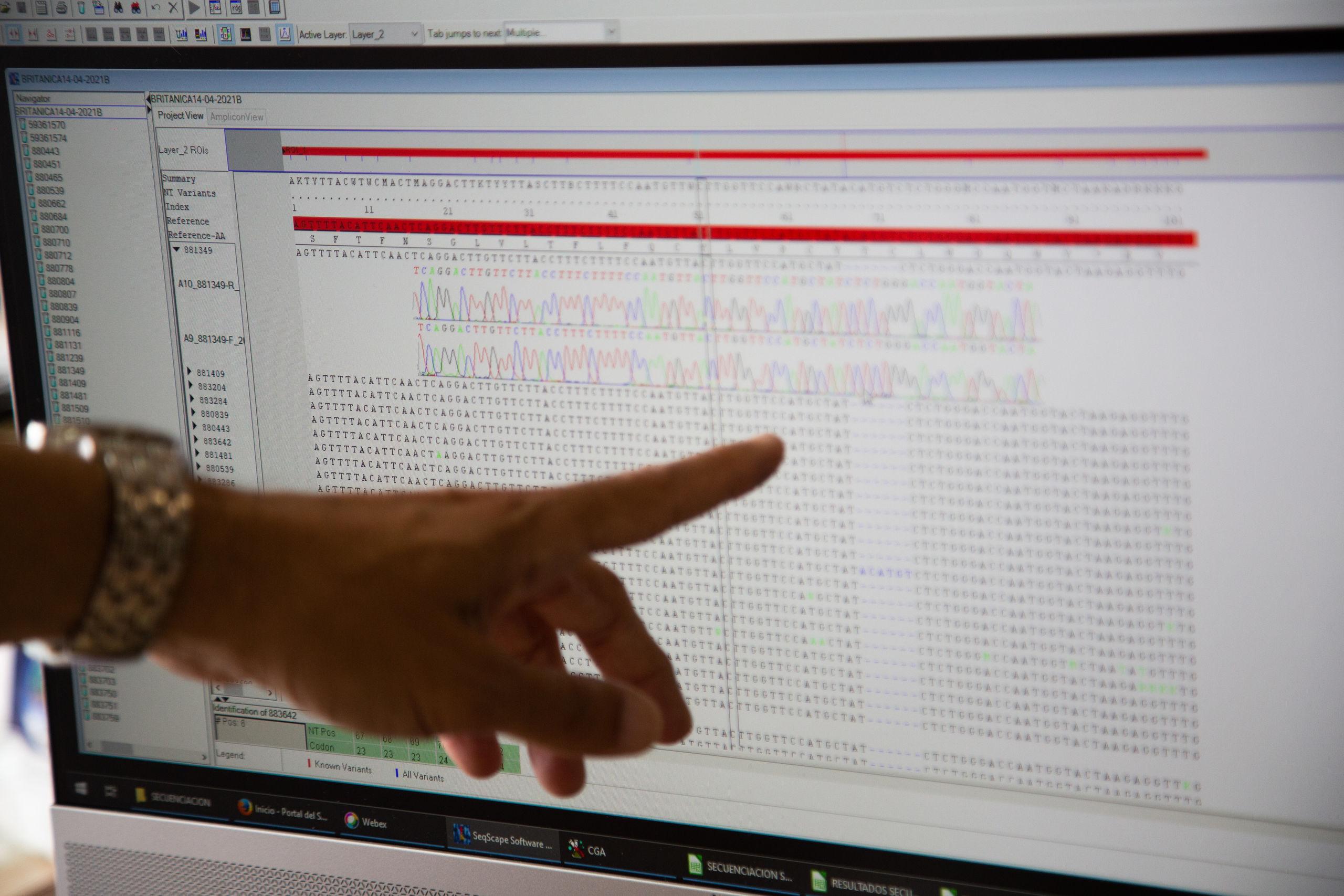 investigadora-busca-variantes-hospital-badajoz-030621.jpg
