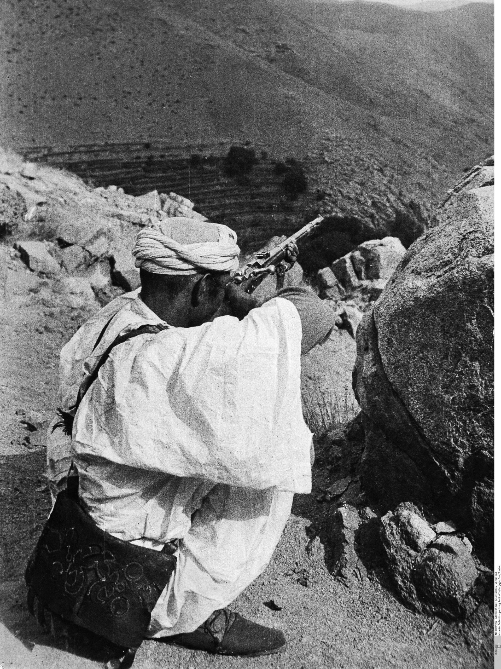 soldado-rifeno-disparando-desde-una-colina.jpg