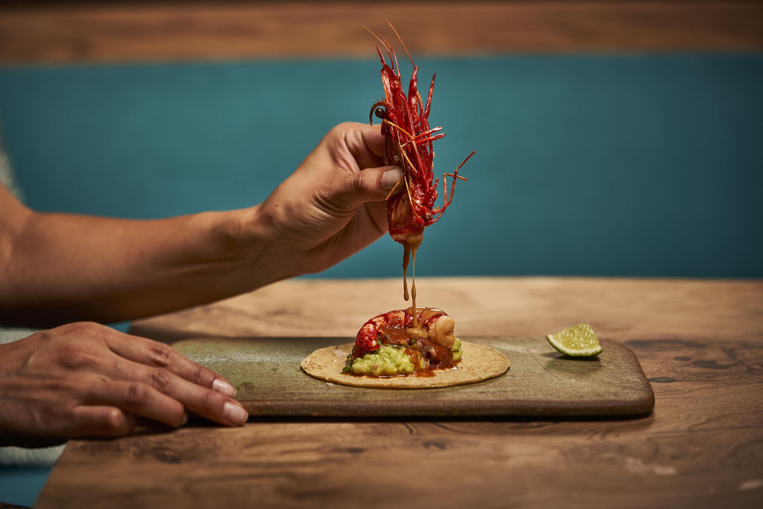 mantarraya-mx-taco-de-carabinero-a-la-diabla-con-salsa-enchipotlada-guacamole-y-pico-de-gallo2.jpg
