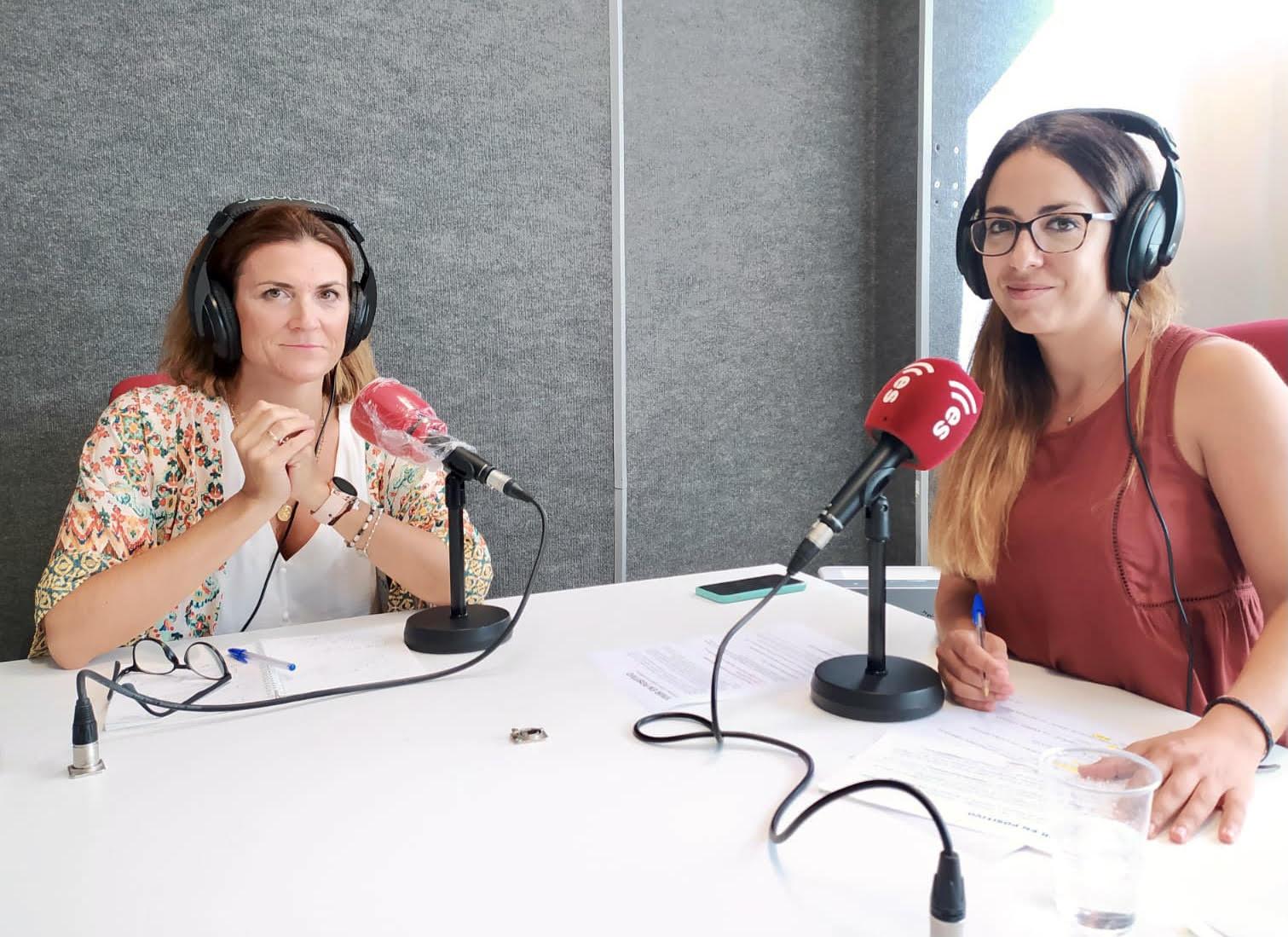 Paloma Carrasco y Laura Montes, en los estudios EsRadio Sevilla