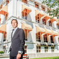 El propietario, Jim Halfens, frente a su hotel | Divorce Hotel