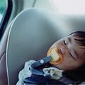 Un pequeño durmiendo durante el viaje