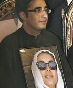 Bilawal Bhutto, con un retrato de su madre, Benazir Bhutto.