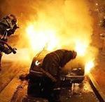 Los bomberos tratan de sofocar el incendio de un coche en Toulouse.