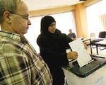 Una iraquí hace el signo de la victoria tras votar (archivo).