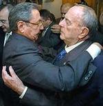 Raúl Castro y Manuel Fraga, fundidos en un abrazo.