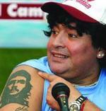 Maradona, mostrando su tatuaje del Che.