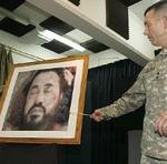 Un oficial americano señala una imagen del cadáver de Zarqaui.