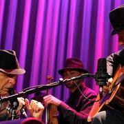 Leonard Cohen junto a su guitarrista, el español Javier Mas   Efe