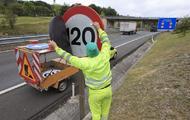 Un operario cambia una de las señales de una autovía | Archivo