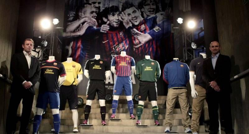 95c915c055 Sandro Rosell presenta las equipaciones del Barcelona para la temporada  2011 12.