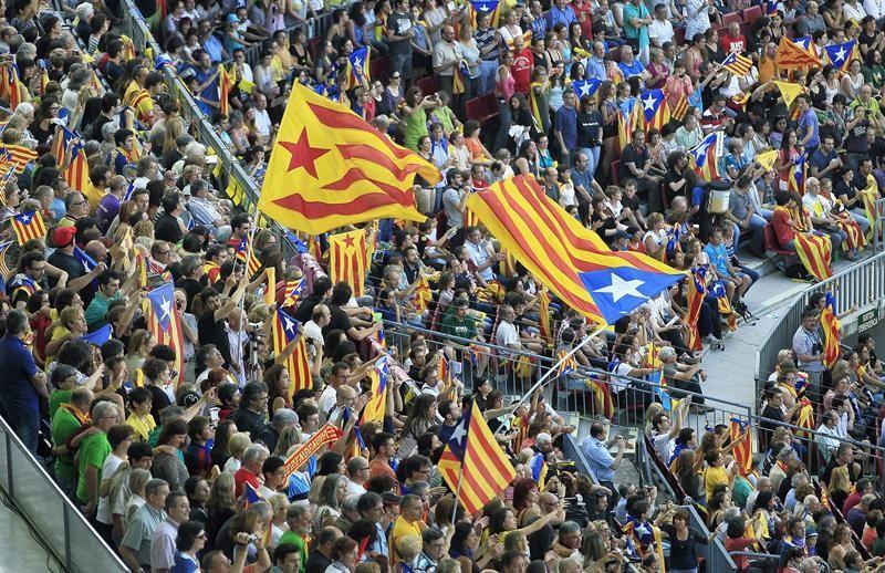 El Camp Now se vistió con decenas de miles de banderas independentistas  e1e578e9fec