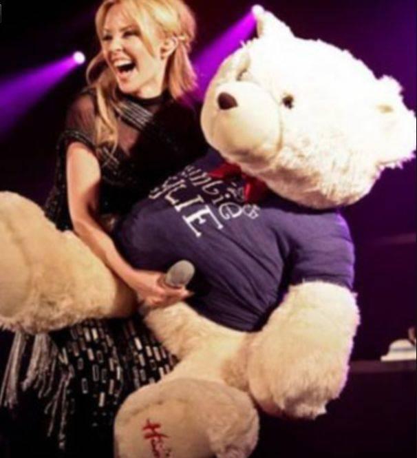 Facebook Censura Una Foto De Kylie Minogue Jugando Con Su Osito De