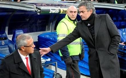 c5f2156cbc José Mourinho (d) saluda a Gregorio Manzano antes del comienzo del partido.  | EFE