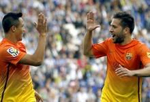 Alexis (i) celebra su gol con Jordi Alba.   EFE