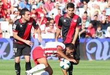 Arbilla y Adrián (Rayo) disputan un balón con Verza (Almería). | Cordon Press