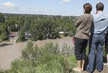 Una familia ve cómo las casas están flotando en Calgary | EFE