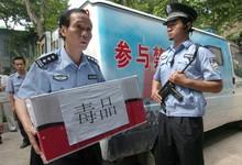 Policías chinos requisan un cargamento de drogas