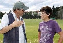 El cineasta John Paul Davidson (i) charla con el actor, José Luis Gutiérrez, que interpreta a Seve de joven. | EFE