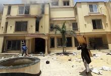 Un opositor al presidente egipcio saca una puerta tras el asalto de la sede de los Hermanos Musulmanes | EFE