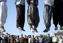 Cinco hombres on ahorcados públicamente en Mashhad, en 2007.   Amnistía internacional
