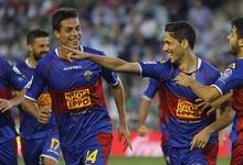 Los jugadores del Elche celebran uno de los tantos al Betis. | EFE