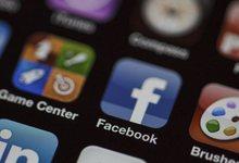 Icono de Facebook en un iPhone. | Corbis