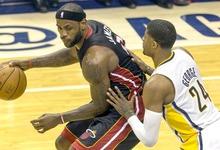 LeBron James controla el balón ante Paul George.   EFE