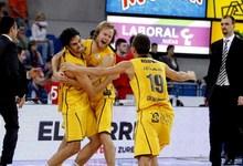 Los jugadores del Herbalife Gran Canaria celebran el pase a semifinales.   EFE