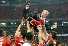 Jupp Heynckes, manteado por sus jugadores tras el triunfo.   EFE