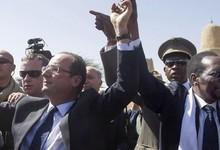 François Hollande, saluda este sábado a la multitud junto al presidente de Malí, Dioncounda Traore. | EFE