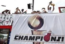 La plantilla de los Miami Heat, en el desfile por las calles de la ciudad.   EFE