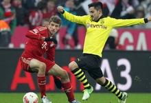 Thomas Müller pelea por un balón con Ilkay Gündogan en un partido de la Bundesliga.   Archivo