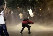 Los manifestantes se enfrentan a la policía tras el desalojo de la plaza de Taksim   EFE