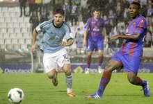 Nolito se lleva un balón ante Simao. | Cordon Press