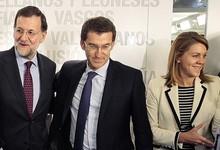 Rajoy, con algunos barones en una reunión del PP.