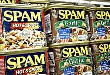 Latas de la carne enlatada de cerdo \'spam\', origen del término a través de un sketch de Monty Python. | Flickr/CC/epSos.de