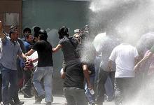 Manifestantes perseguidos por la policía este domingo   EFE